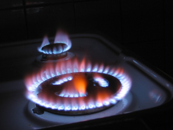 Khi gặp sự cố bếp gas bị lửa đỏ cần làm gì?