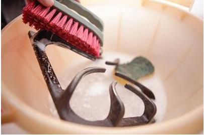 Dùng bàn chải để chà rửa các vết bẩn khó làm sạch trên kiềng