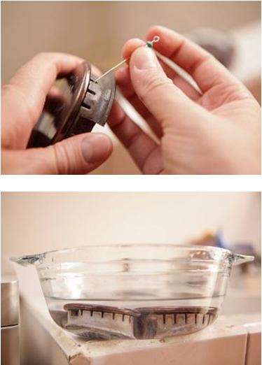 Dùng một đinh ghim nhỏ thông phần kim phun ga nằm ở giữa tâm bếp