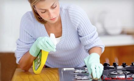 Dùng nước rửa kính hoặc nước rửa bát hòa với nước ấm phun lên bề mặt bếp